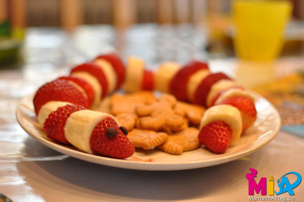 Erdbeer-Bananeschlange mit Tierkeksen