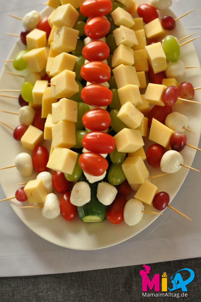 Gurkenkrokodil mit Tomate-Mozarella und Käse-Traube
